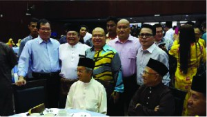 A historic moment… (standing from left): CPHM Vice-Chairman Lee Min Choon, Perkasa President Ibrahim Ali and CPHM Trustee Edwin Agong with Perkasa patron Tun Dr Mahathir Mohamad