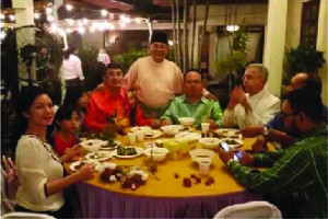 What better way to bond than over food… Perkasa President Ibrahim Ali (standing) with CPHM Advisor Jason Leong on his right and CPHM Trustee Edwin Agong and Apostolic Nuncio Joseph